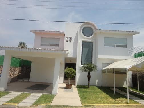 Preciosa casa en fraccionamiento con alberca