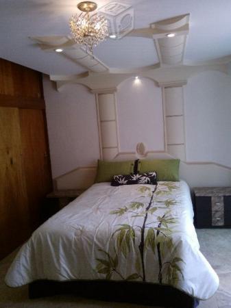 Habitación amueblada con acabados de lujo